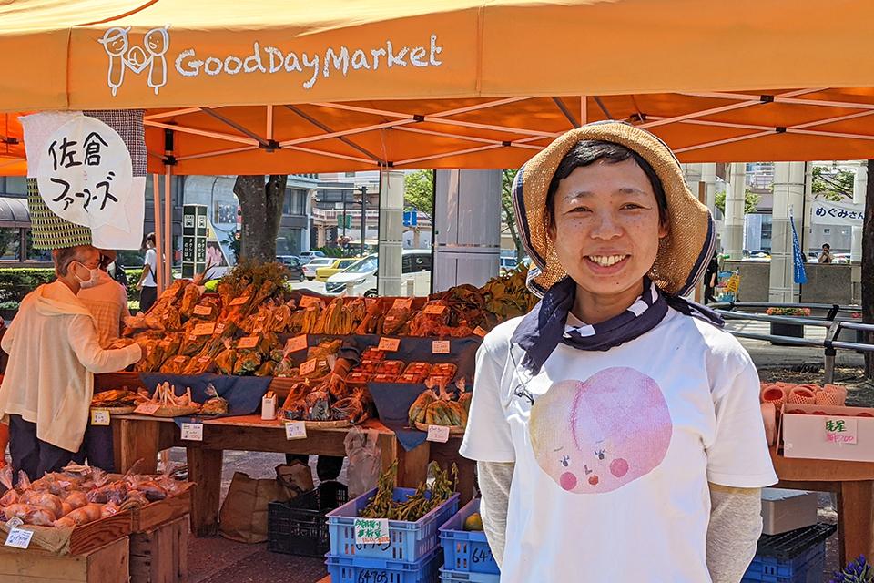 代表の佐藤宏美(さとうひろみ)さん。ご友人から贈られたという桃のイラストのTシャツは「桃のシーズンになると着てきます」とお気に入りの様子です。