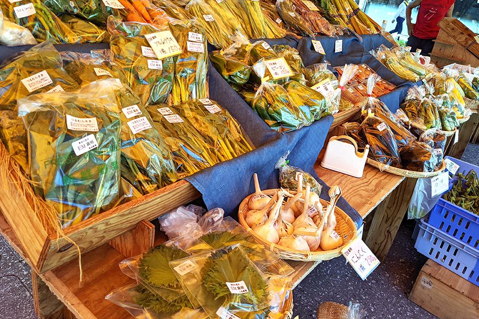 つるむらさき、なす、いんげんなどの夏野菜がずら~り。どれも新鮮です。