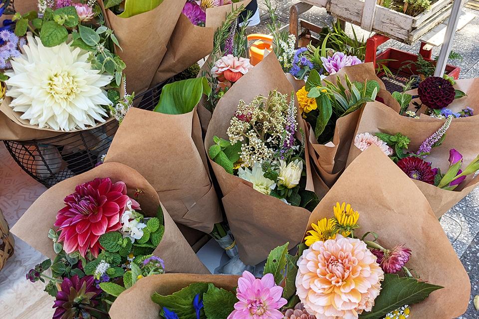 生花が並んでいる日もあります。この日はダリアがメインの可愛らしい花束がいっぱい。