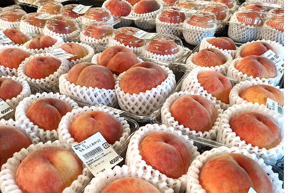さまざまな品種、大きさ、贈答用から自宅用までいろいろなグレードの桃がいっぱ~い