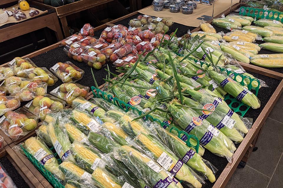 1つの種類の野菜や果物でも、たくさんの品種のものが並びます。