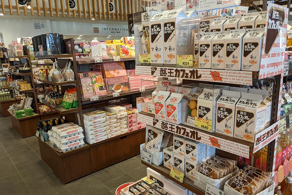 人気のお菓子のコーナーには、地場産品のみならず、地元では手に入りにくいものまで。