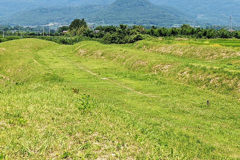 2本の堀と3本の土塁がくっきり。平安時代末期に3キロ以上も築いたなんて、大変な苦労だったことがしのばれますね。