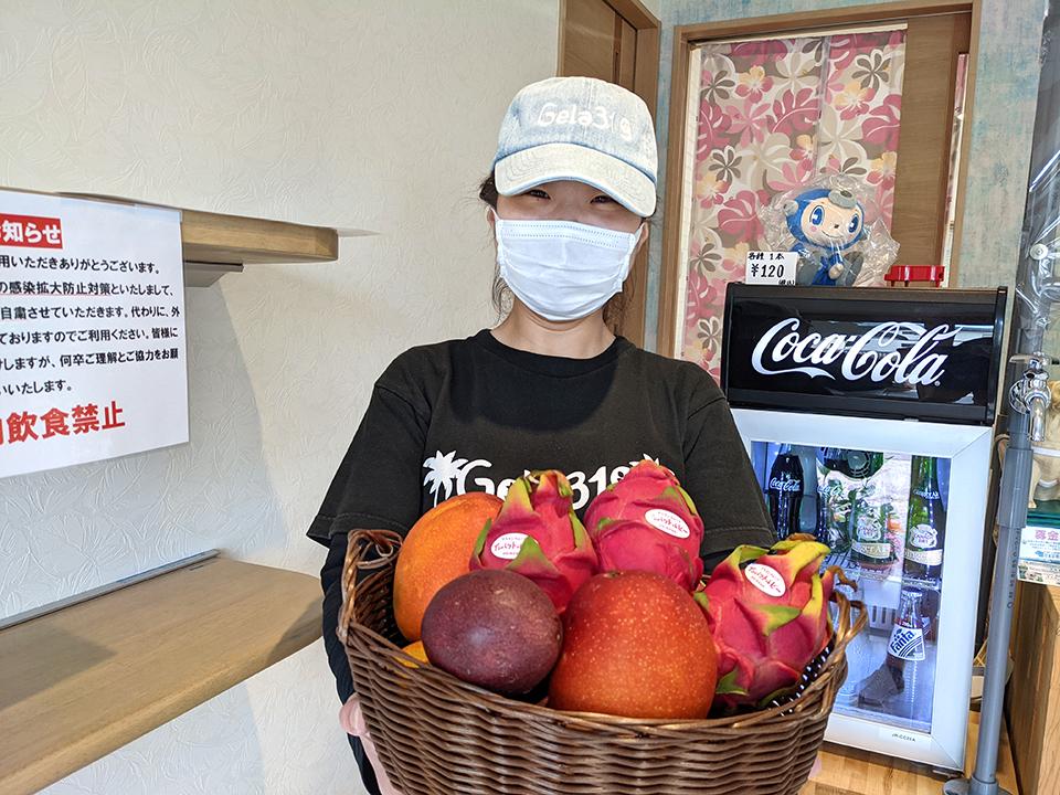 沖縄直送のマンゴーやドラゴンフルーツを見せてくださった店長の齋藤さん。