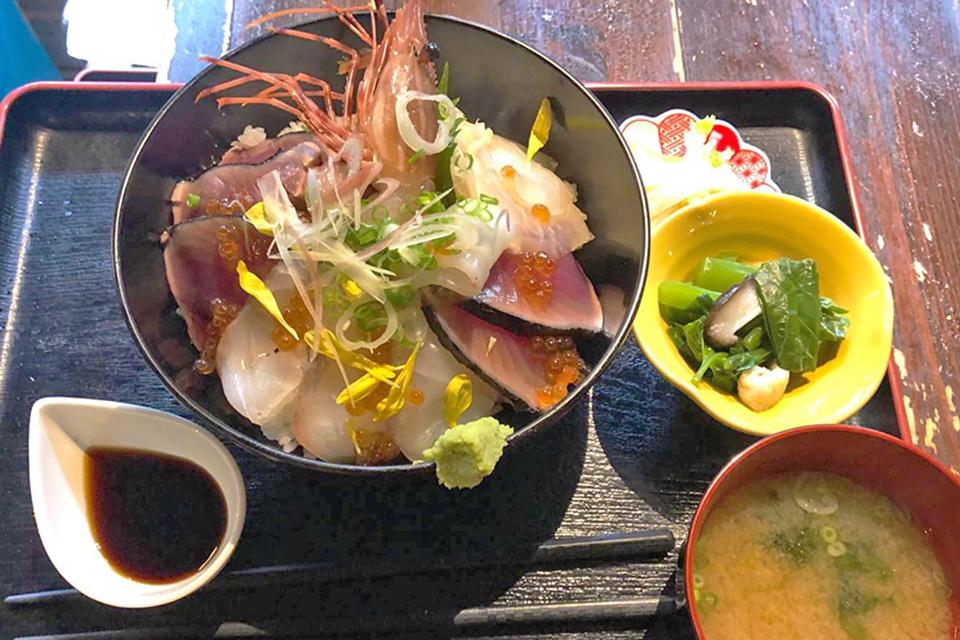 一番人気の豪華海鮮丼・1200円(写真提供・炉端酒家たすいちさん)