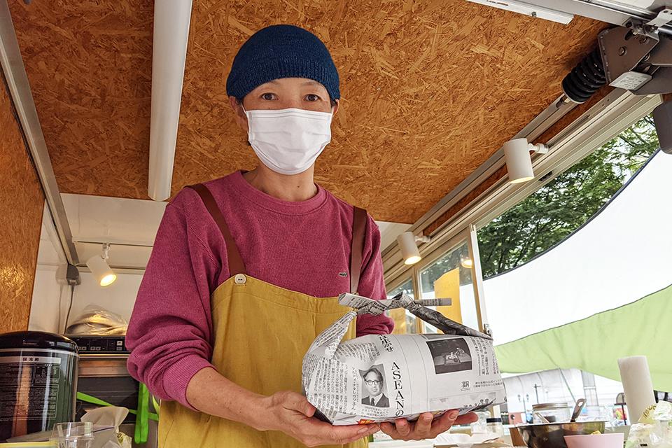 テイクアウト用の袋は、古新聞を再利用して折ったもの。環境に配慮しているのはもちろん、何より素敵な袋です。