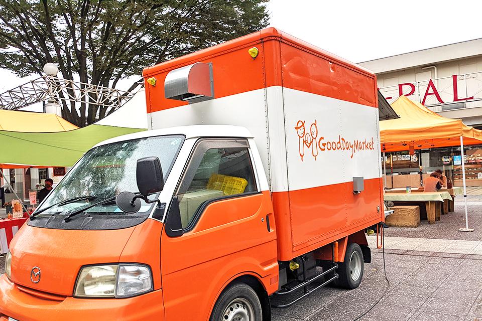 オレンジ色の可愛らしいキッチンカー。