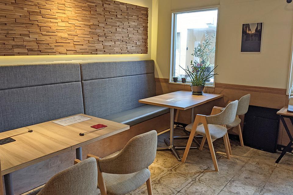 カフェかイタリアンレストランのようなおしゃれな店内。でも味は本格中華です。