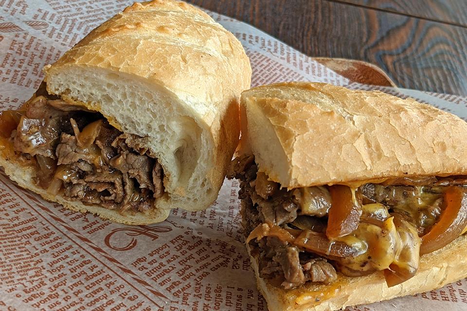 表面がカリっと焼きあがったパンに、たっぷりのビーフとチェダーチーズ。まさにアメリカンです。