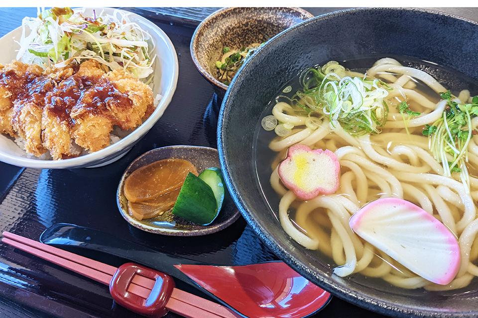 ランチセットは880円。うどん(温・冷)とミニ丼(天丼・ソースカツ丼・海鮮丼)のセットに、小鉢とお新香がついています。