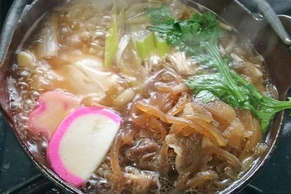 牛肉と春菊の相性もぴったりな「牛すき焼き鍋うどん」。鍋焼きうどんはいずれも1100円(写真提供:「正伍郎」さん)。