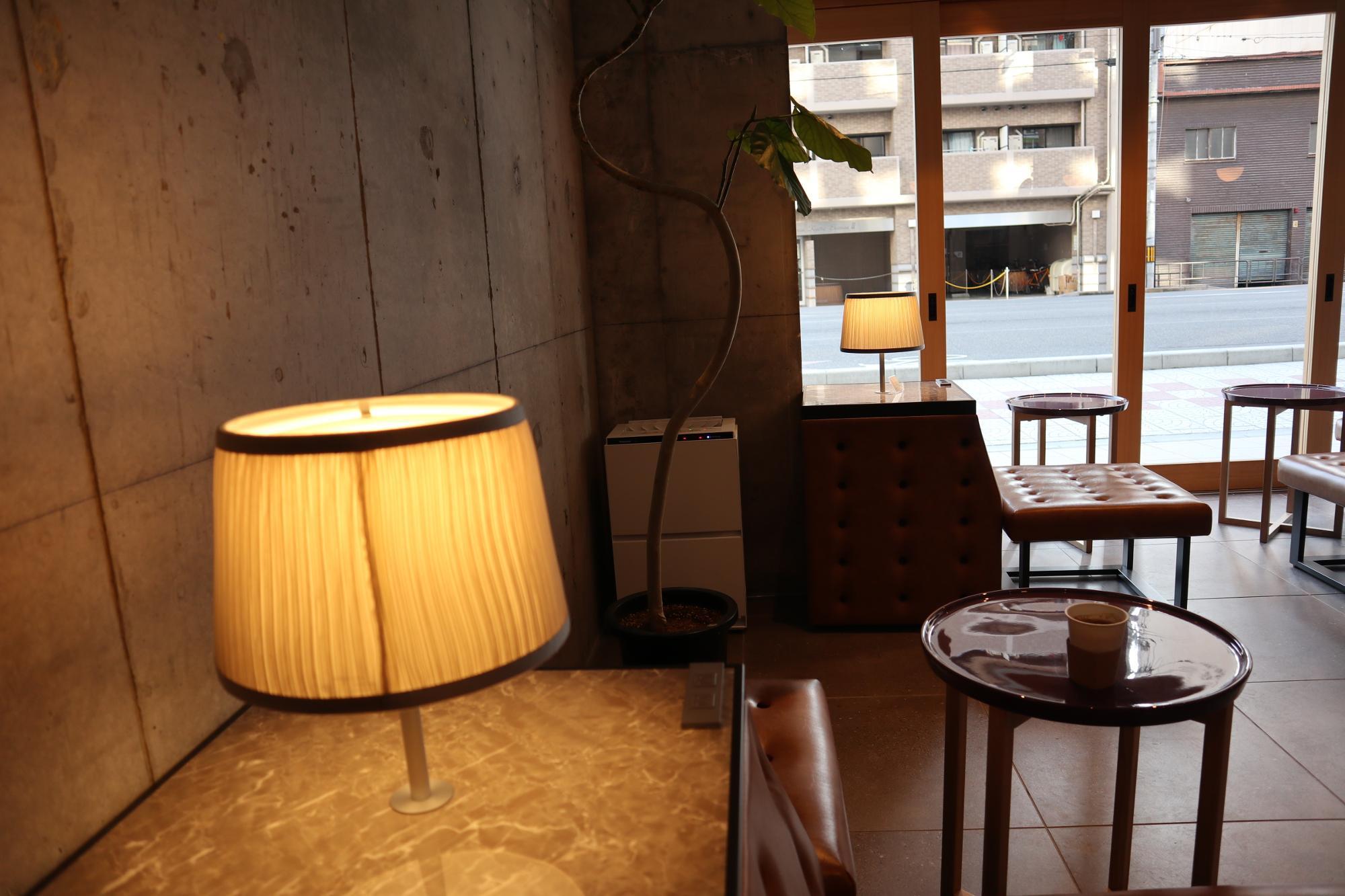 古いような新しいようなソファもランプも落ち着きます