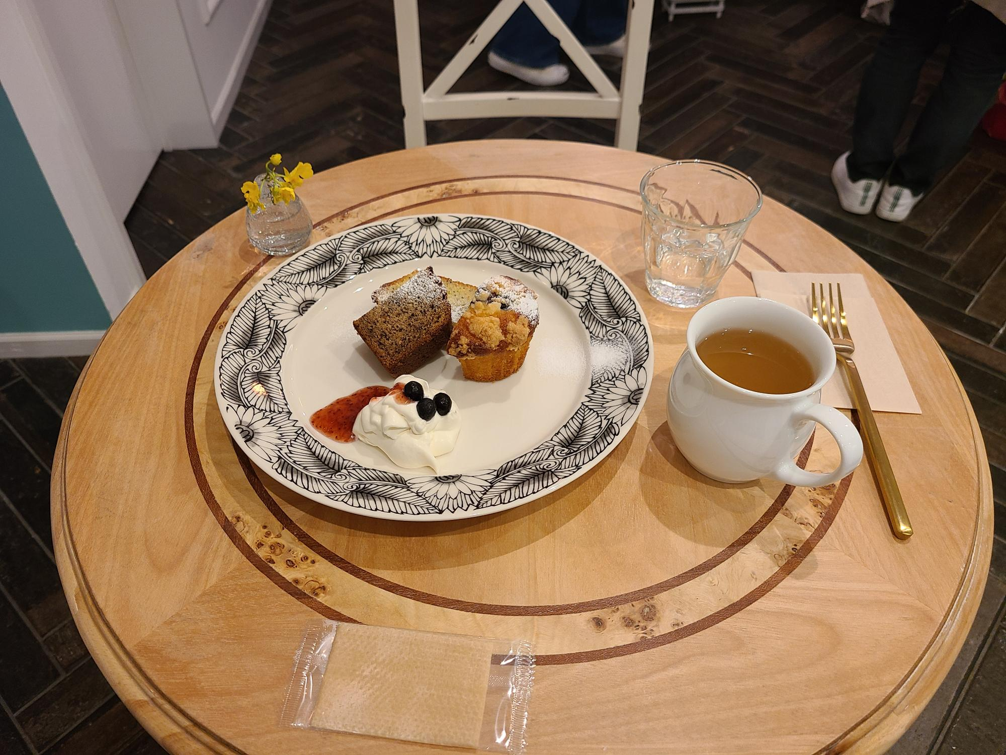 ハーブティーと合わせて、三品選べるセットで、ブルーベリークランブルマフィンと、レモンとポピーシードのケーキ、ココナッツとキャロットケーキ