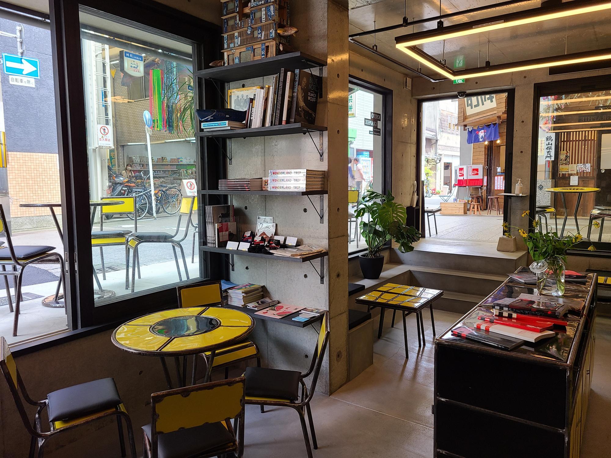 商店街の中にひと際モダンなカフェ