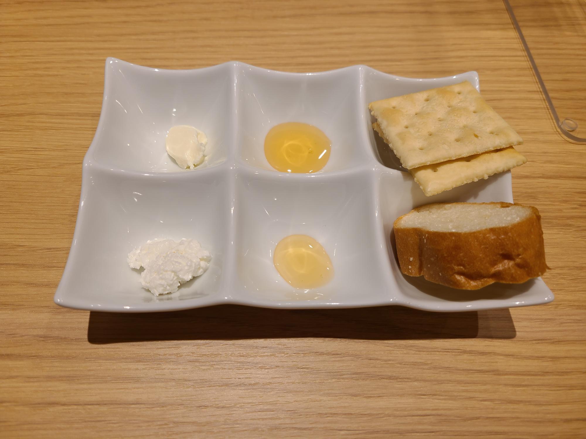チーズと生ハチミツを2種類づつ試食できるプレート