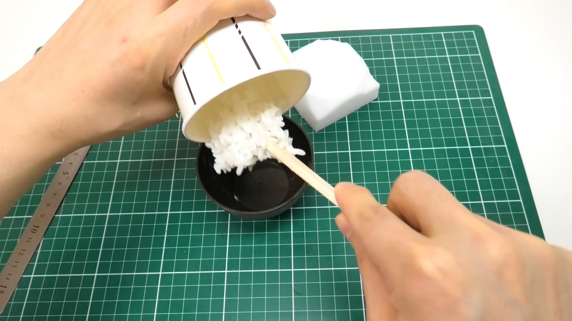 接着剤を付けたそっくり米をお茶碗に入れて型どり。お茶碗には離型剤が塗ってあります