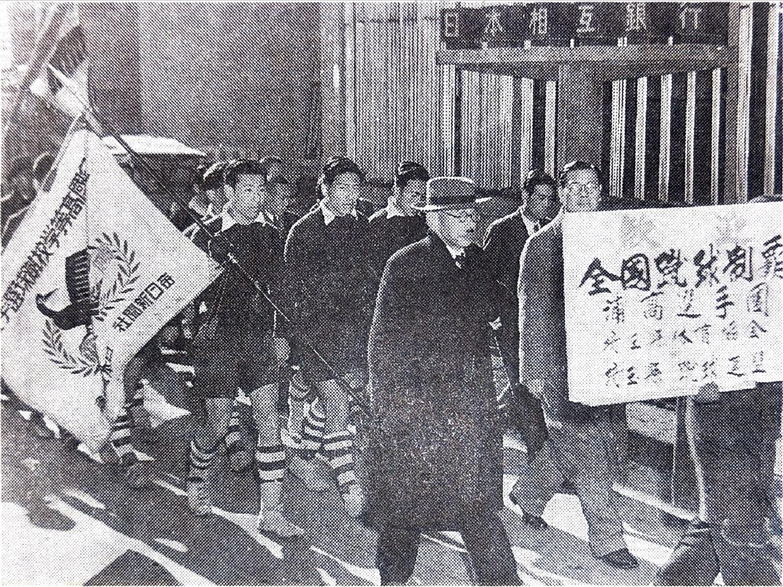 選手権優勝旗を持ち帰った浦高イレブンが母校へ凱旋する『浦和・埼玉サッカーの記憶110年目の証言と提言』より