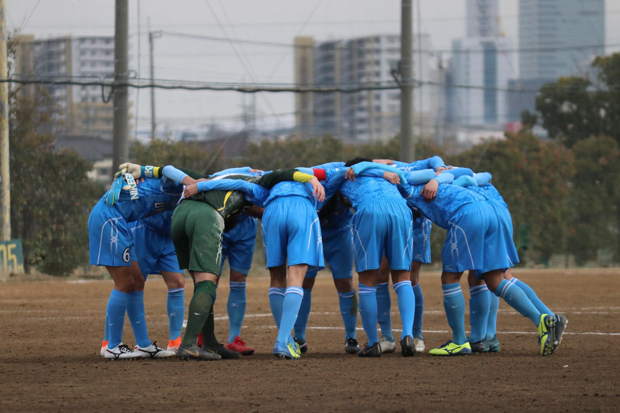 今も伝統の水色のユニフォームで試合に挑んでいる、浦和高校サッカー部 (C)埼玉サッカー通信