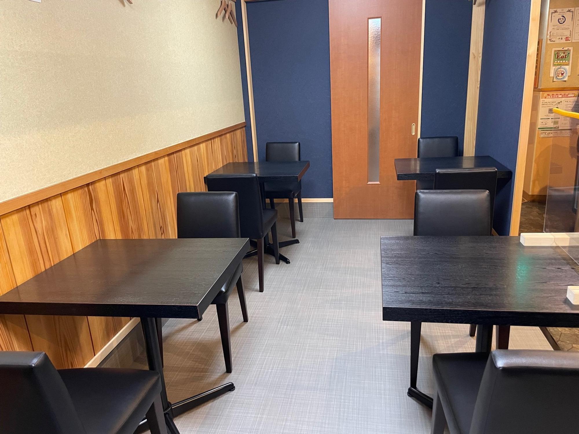 全席テーブル席となった店内。写真右側にはカウンター席も