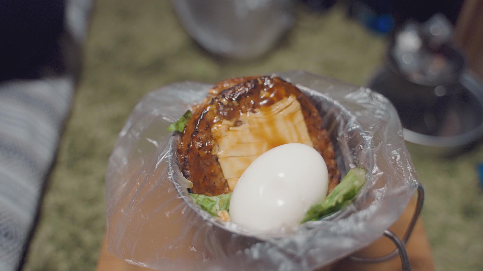 湯煎ハンバーグなどをのせて、ロコモコ丼