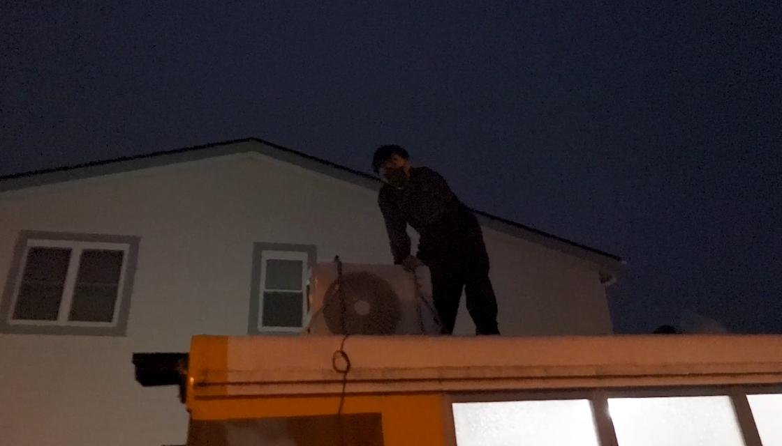 室外機を屋根に乗せるだけでも大変でした