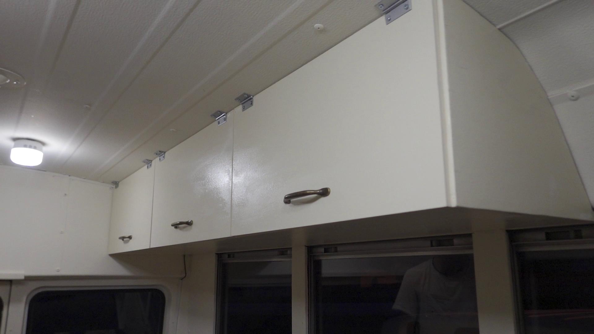 シルキーホワイトの吊り戸棚完成