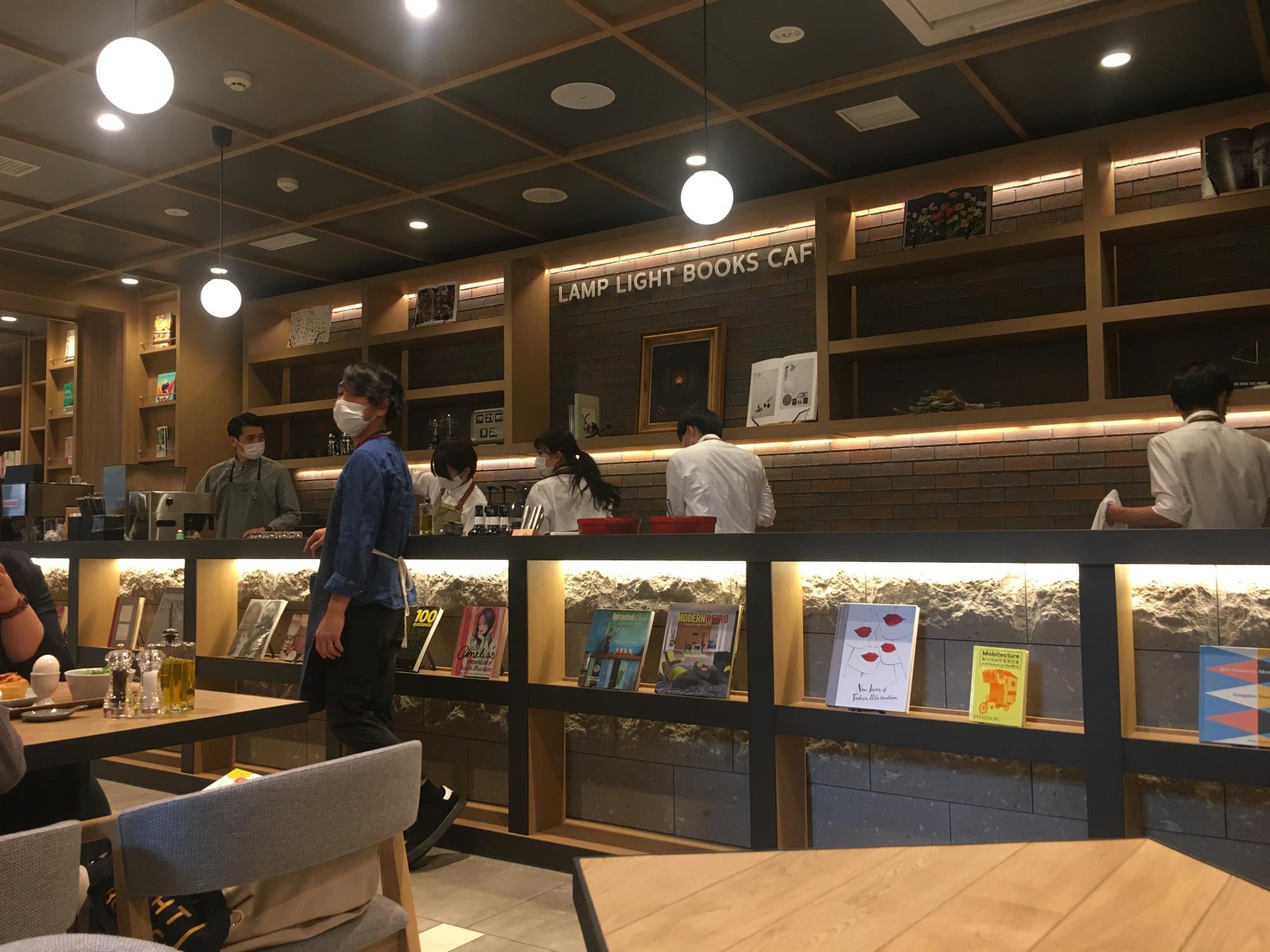 本棚の反対側の壁は長いカウンターになっていて、ここからフードやドリンクが提供されます。