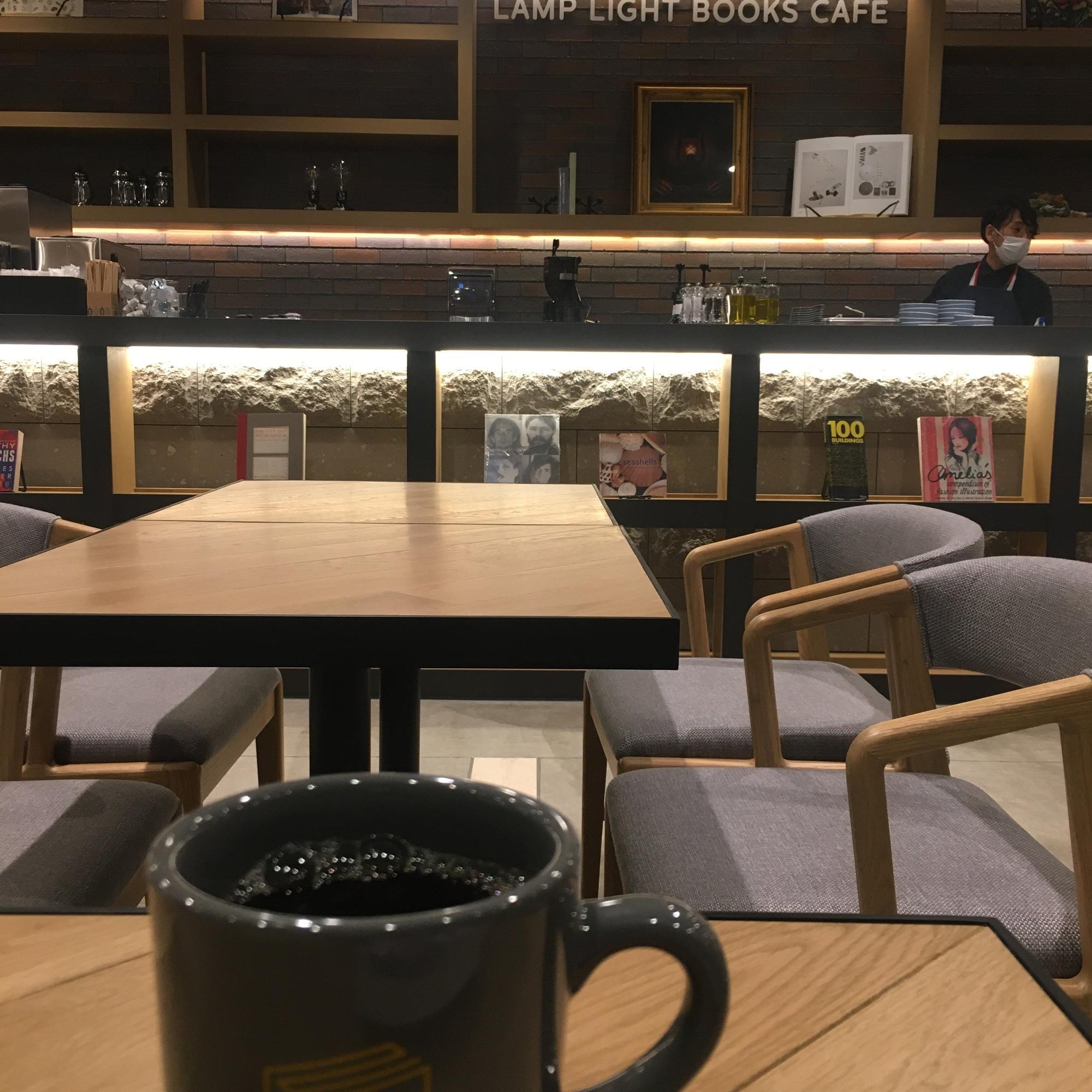 マグカップいっぱいに注がれた「MORIHICO.」のコーヒーを飲みながら…