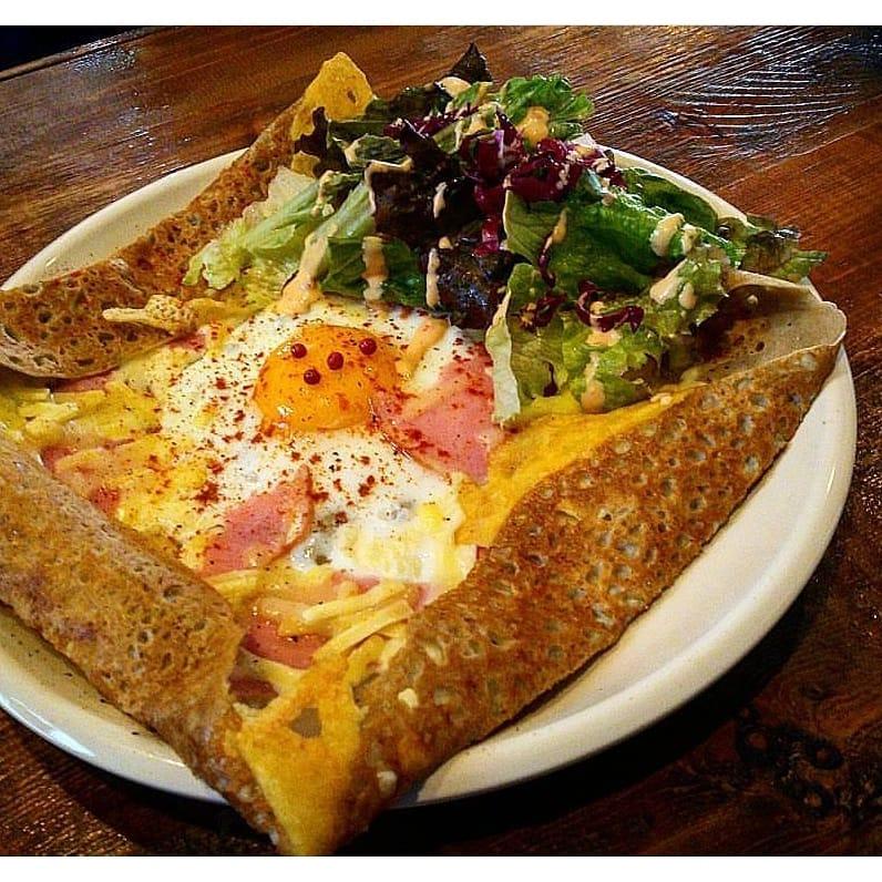 チーズや卵、ハムなどでボリュームもしっかりあります