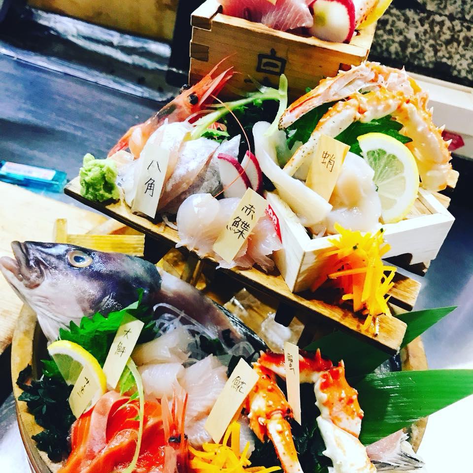 「海ごころ」の名物刺身(500円)。安価だけではなく、ひとつひとつ魚の名前が書かれているのが、店主の魚への愛を感じます