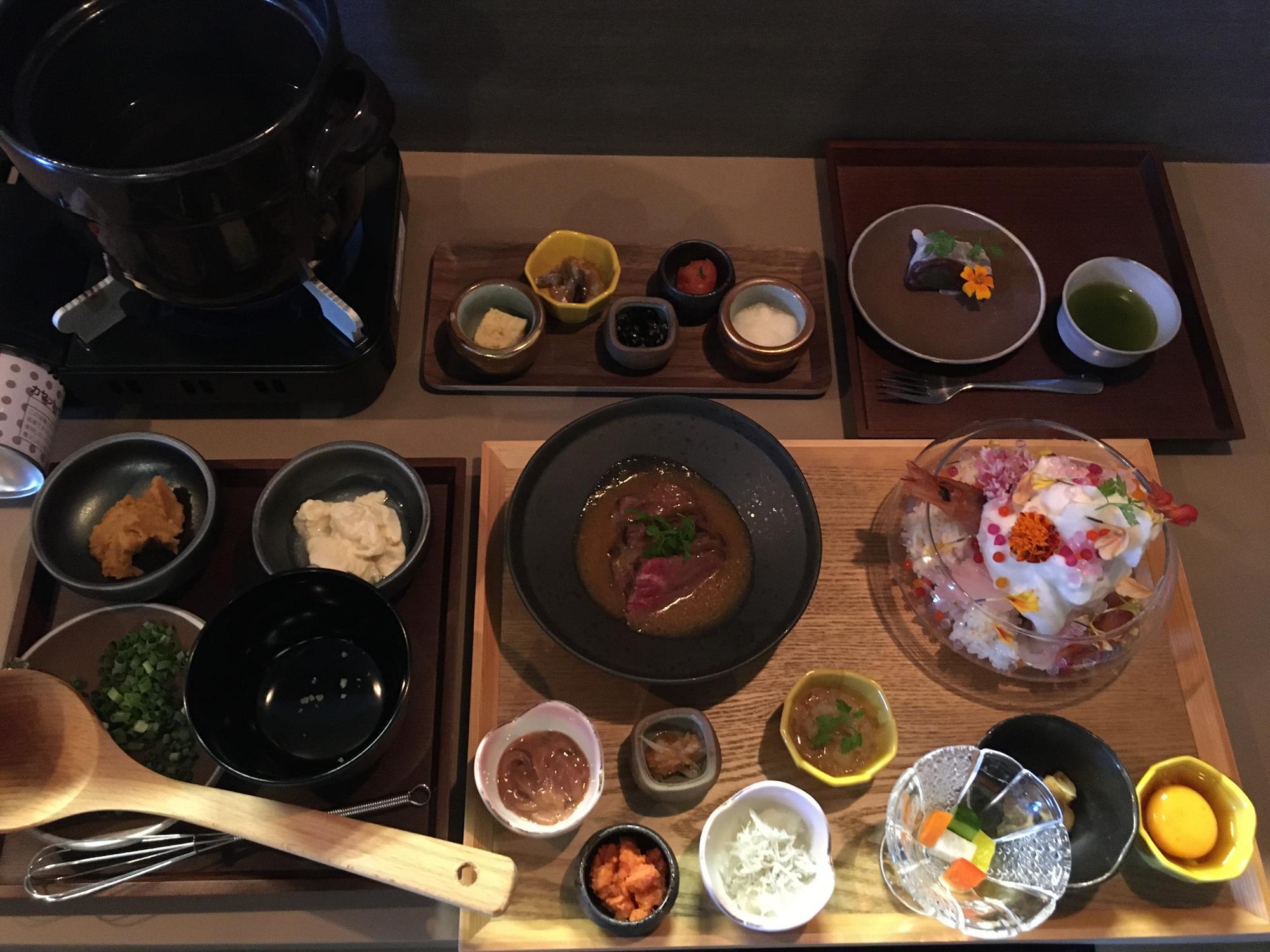 これはお膳のすべてを並べたもので、提供はそれぞれのお盆ごとに順番に出てきます。最後は大福と日本茶で!