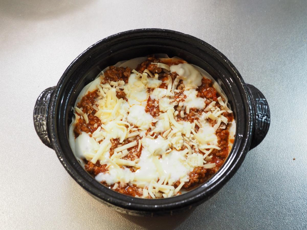 餃子の皮→ミートソース→ホワイトソース→ピザ用チーズの順に重ねます。