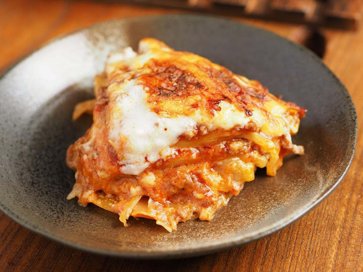 もちもちの餃子の皮、ミートソース、ホワイトソース、ピザ用チーズが層になり、鶏りとした食感に旨味たっぷりで激ウマです。お好みでタバスコをかけても美味しい!