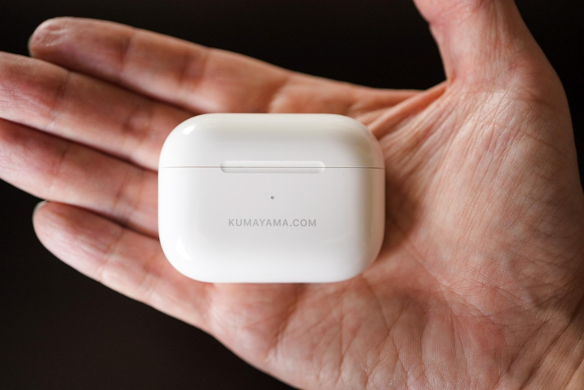 小さく丸っこく、いつまでも手の中で転がしていたくなるAirPods Proのケース