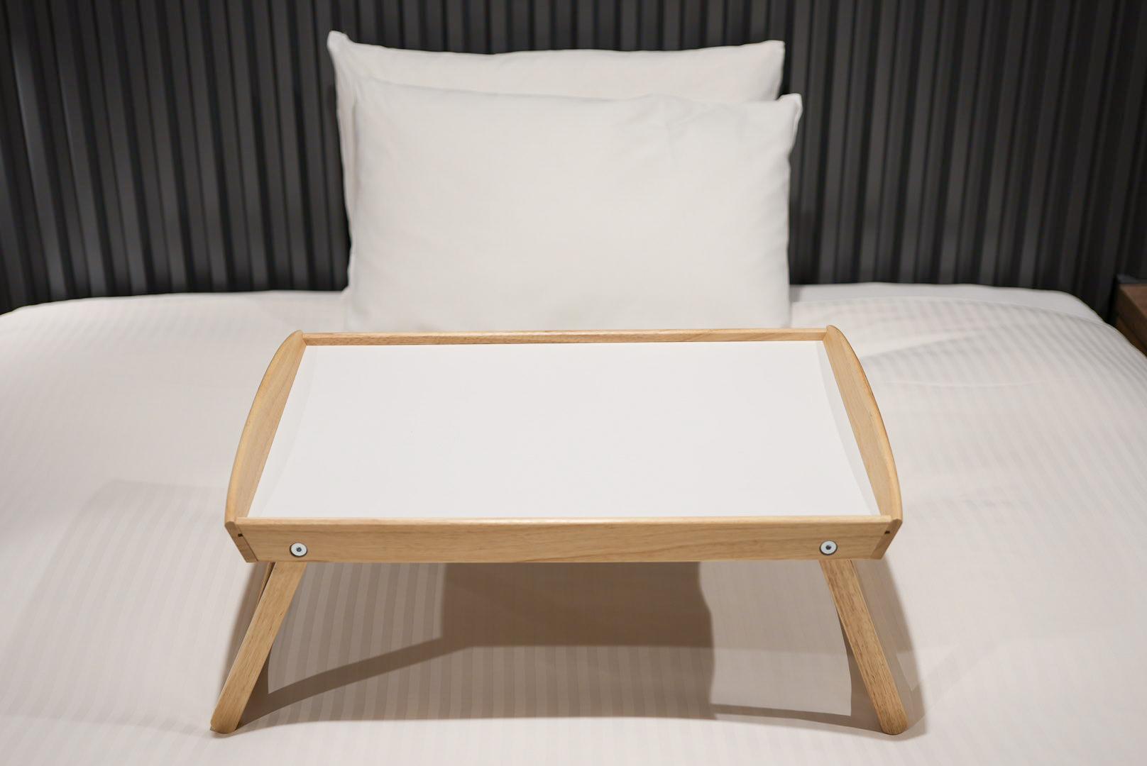イケアのベッドトレイ「ジューラ」(1499円)。なお、写真のベッドはセミダブルです