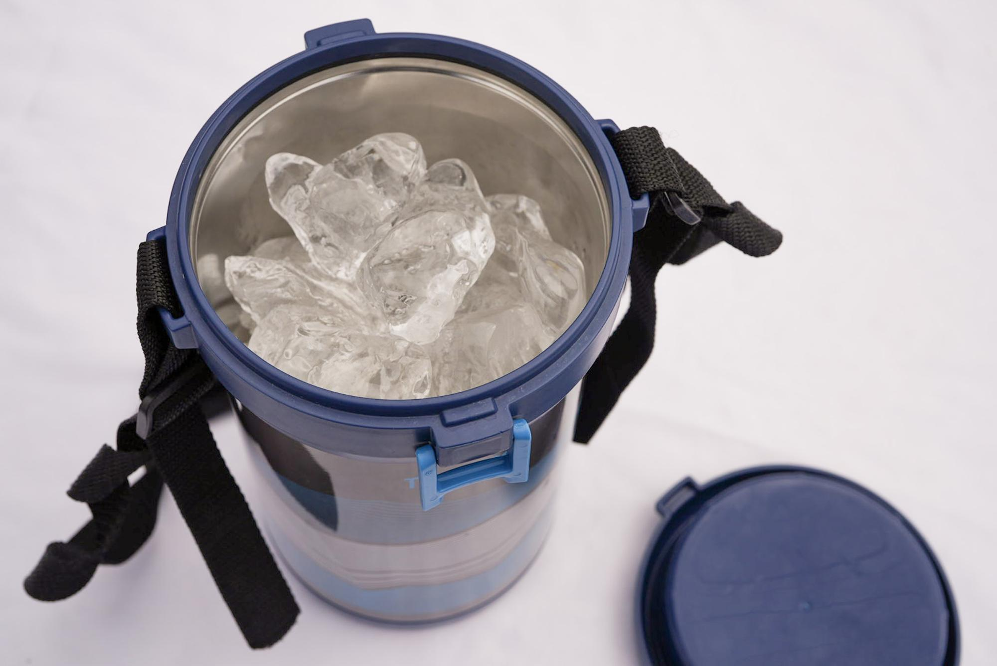 アイスコンテナー「FHK-2200」。ほぼサーモスの弁当箱を流用していると思われます。やや子どもっぽいデザインがアレ