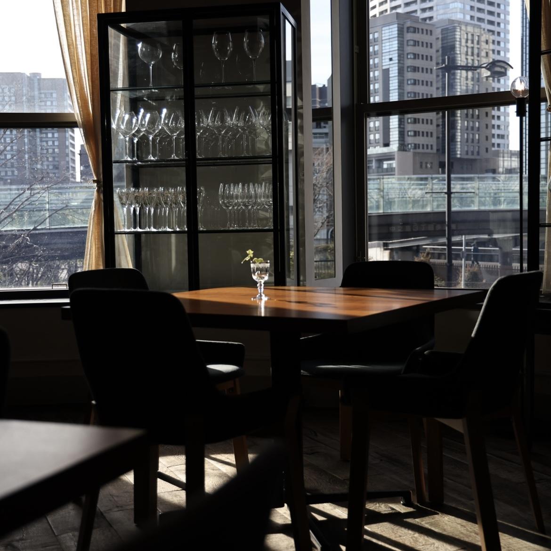 テーブルを彩る美しい陰影。