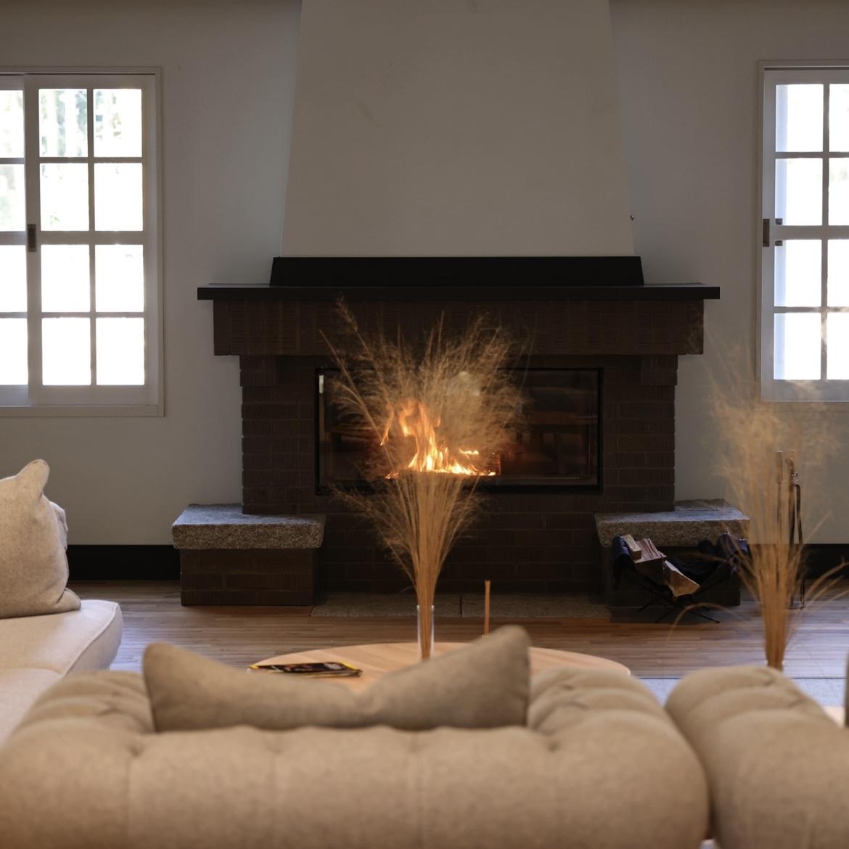 一階には暖炉を配したソファー席も。