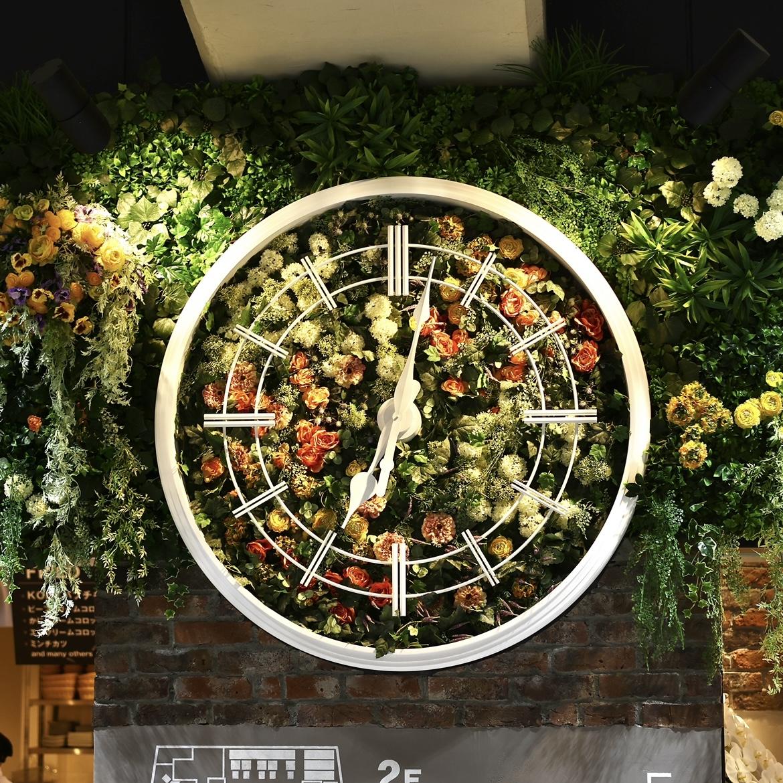 目印にもぴったりな壁面の時計。