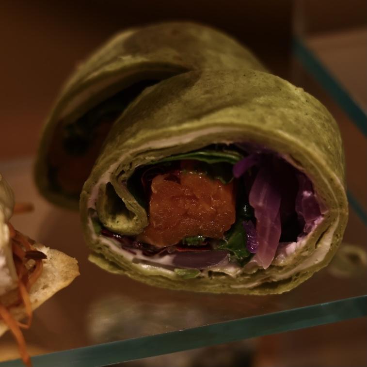 スモークサーモンとハーブサラダのラップサンド