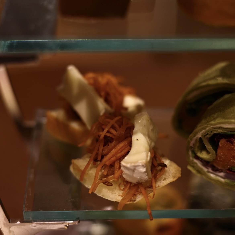 カマンベールチーズとキャラウェイシードのスモーブロー