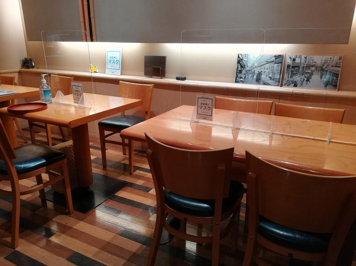 テーブル席もあります。最近は常連さん以外の若いお客さんも多いとか