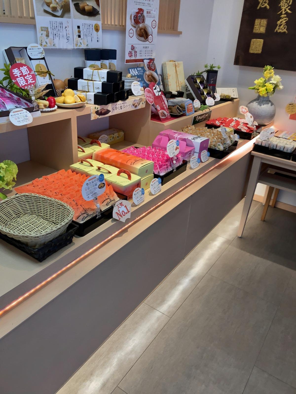 上品なお菓子が並んでいます。発送もできるのでお土産に良いかもしれません。