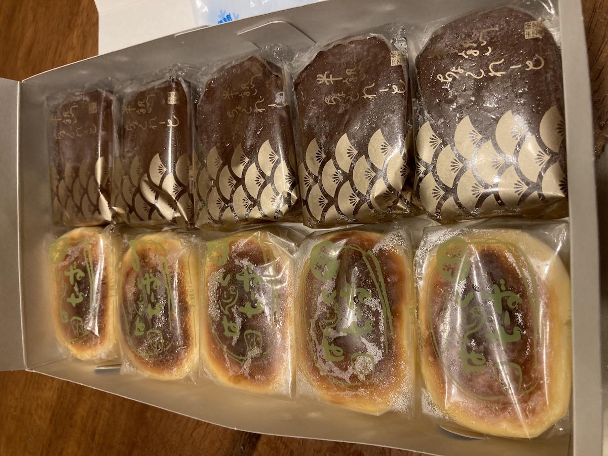 一口サイズのチーズケーキのようなお菓子とチョコクリームのお菓子