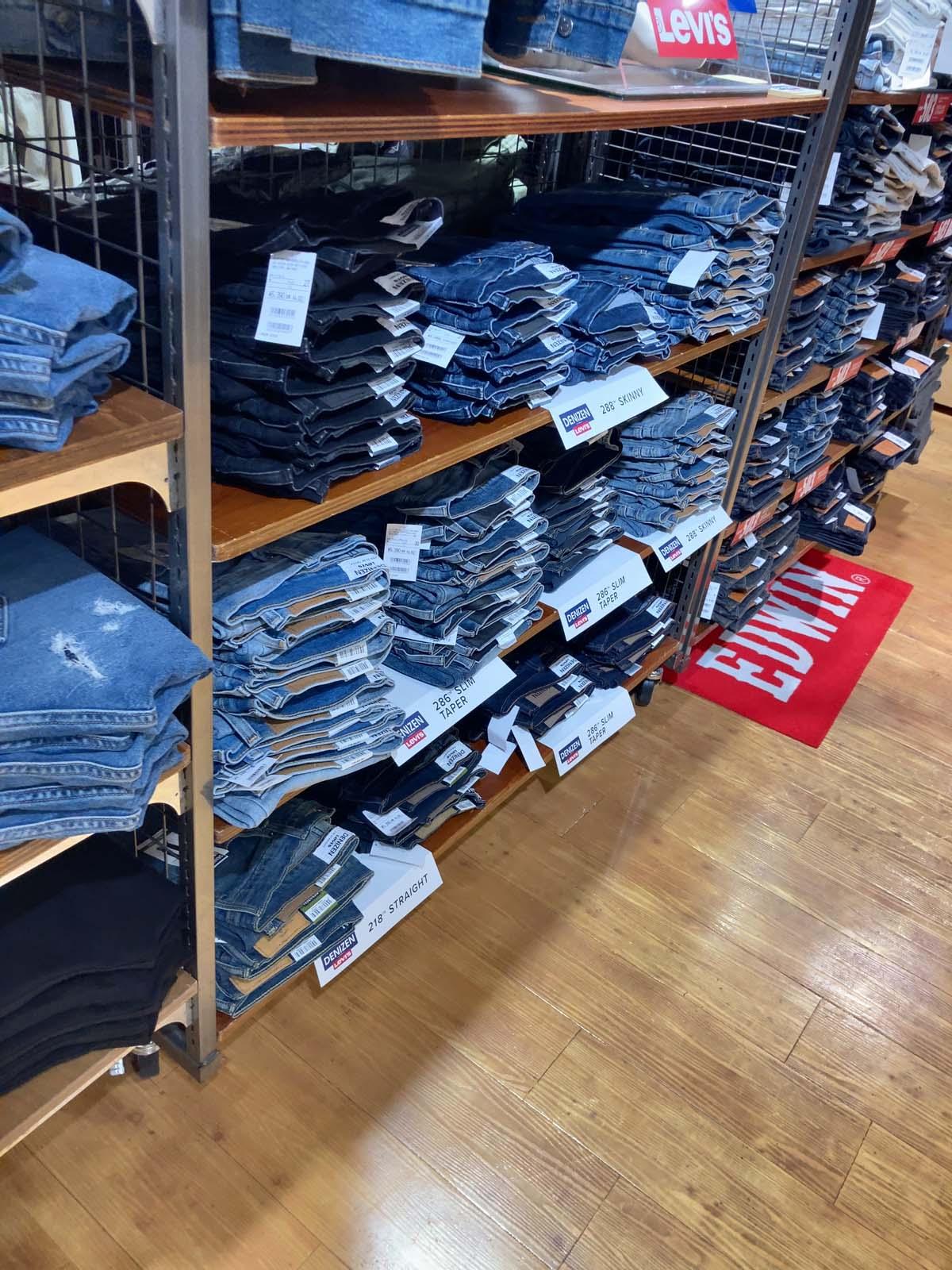 専門店なので色々なジーンズがあって悩んでしまいますが、じっくりと時間をかけて選ぶことができます。