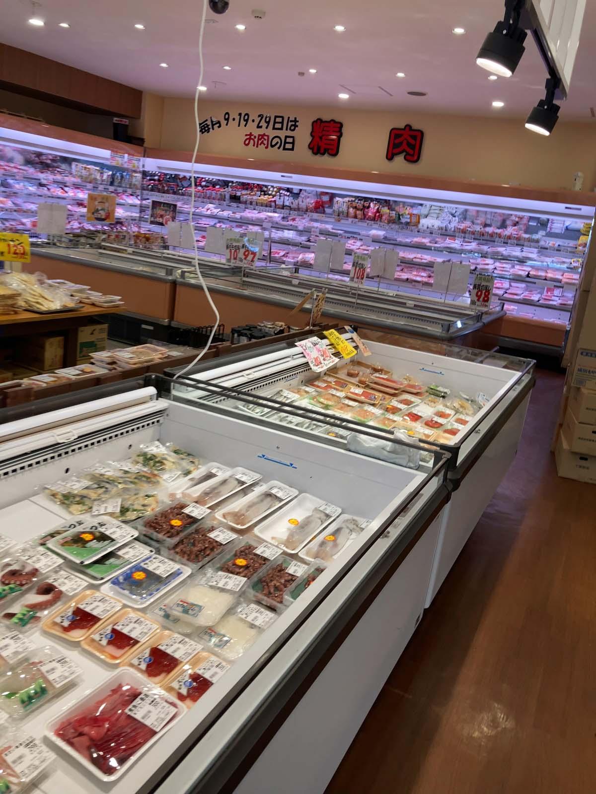 肉・惣菜も買うことができるので、夕飯の食材をここで揃えることができます