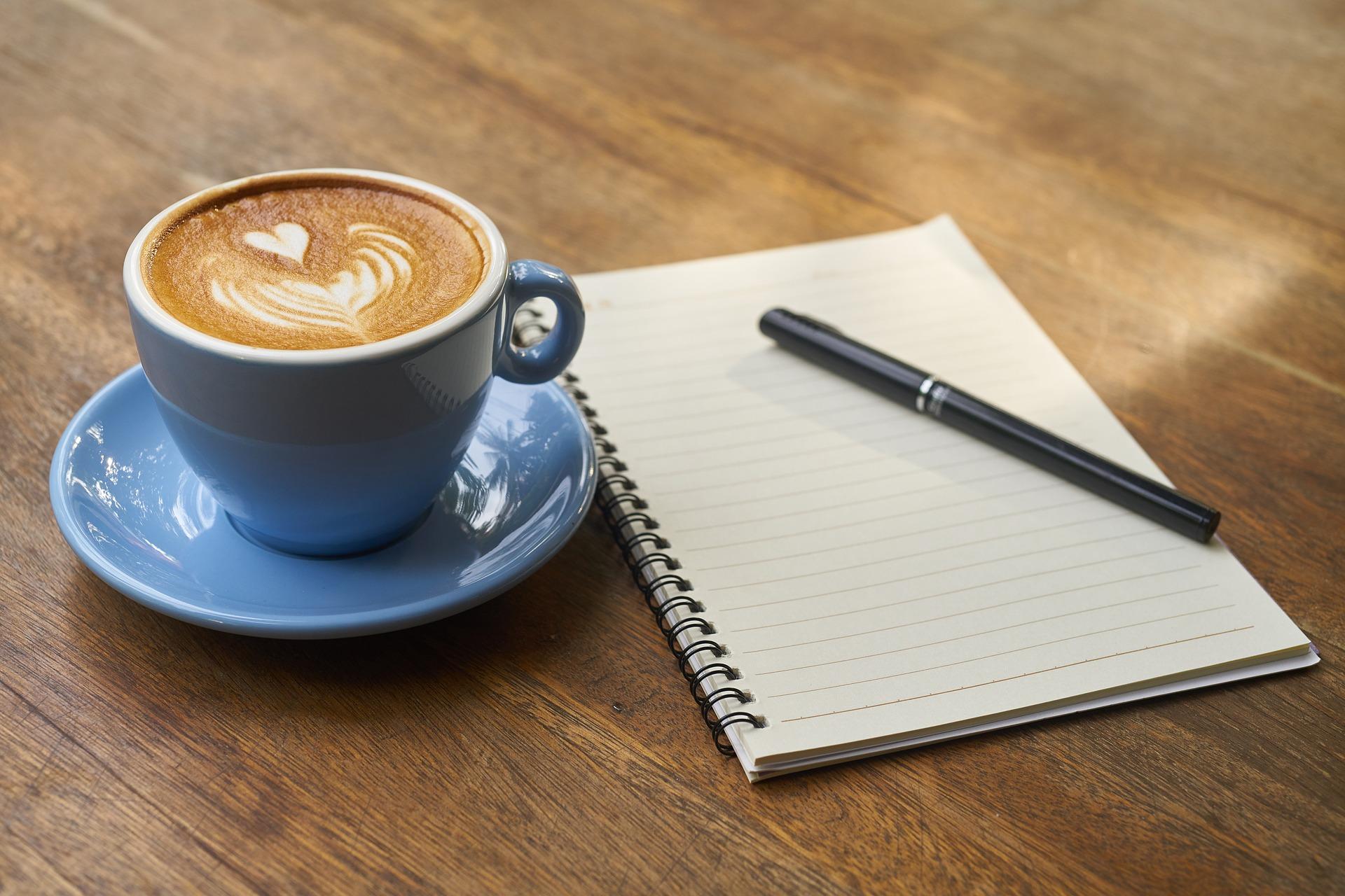 コーヒーを飲みながら本を読むなんて、優雅です(イメージ画像)