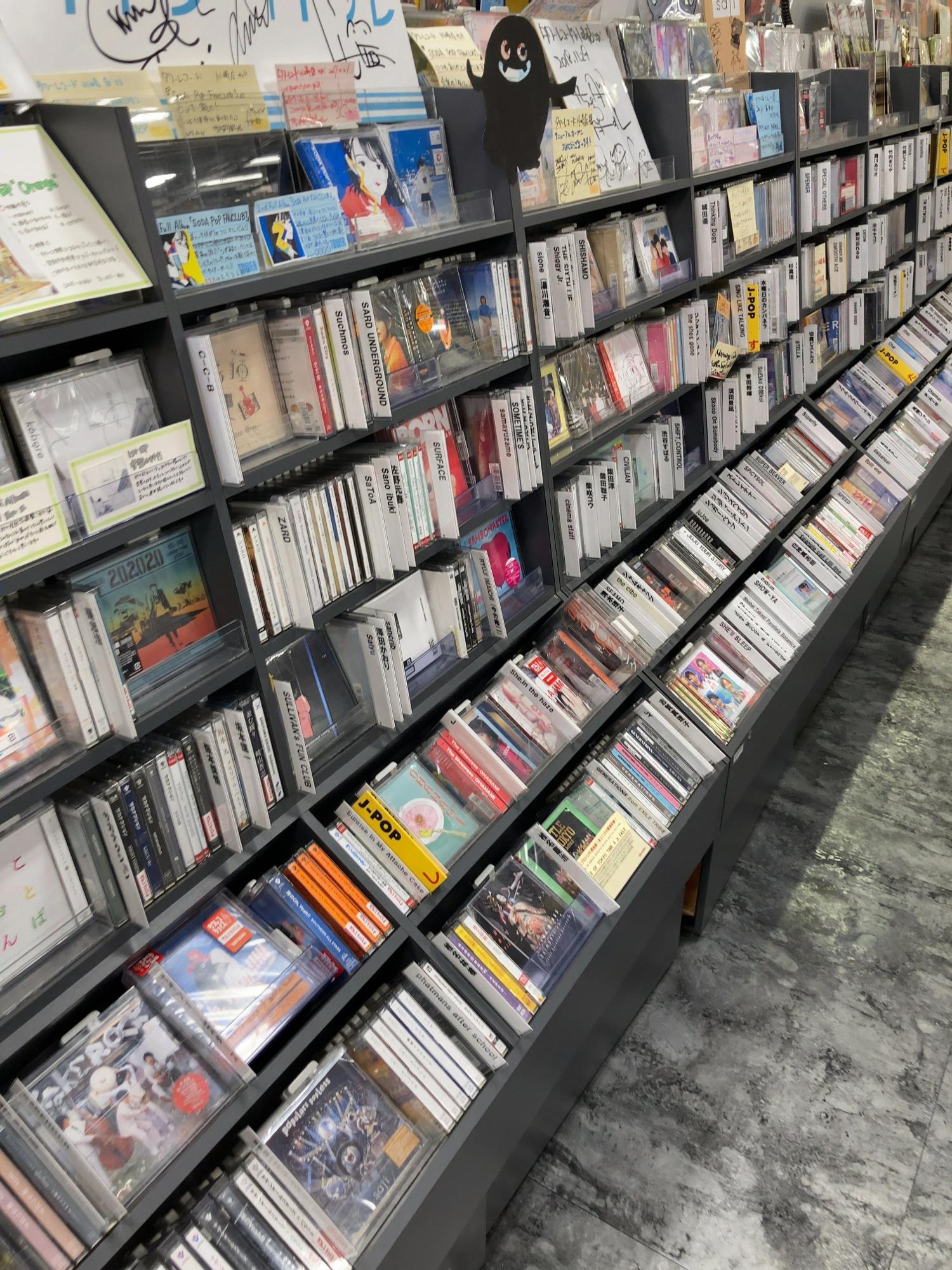 邦楽から洋楽まで。ロックからジャズまで様々な種類のCDが並んでいます。