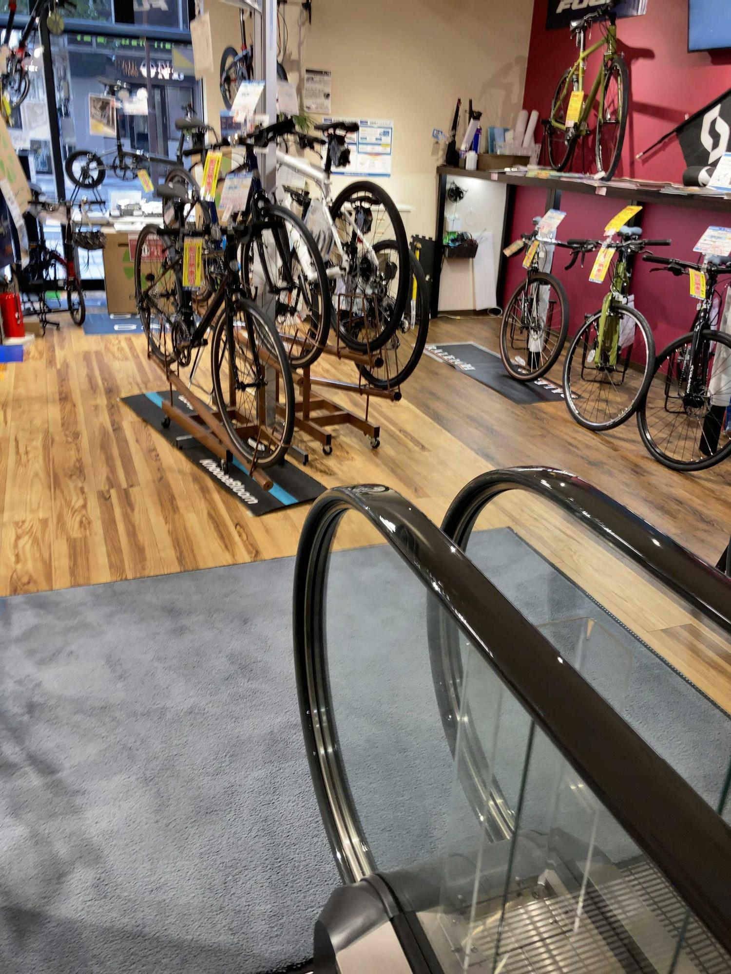一階には自転車が所狭しと並べられていて、ワクワクします