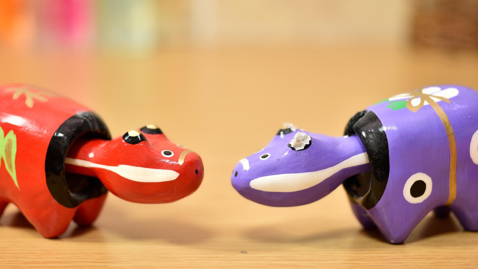 何を隠そう、僕は赤ベコが大好きなのです。・・・右の紫ベコの耳はネズミにかじられました( ;∀;)